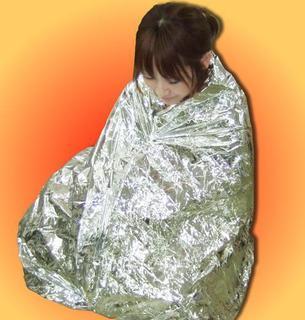 【NASA開発の素材を使用】毛布よりすごく軽いのに、非常時で体温を守ってくれます。